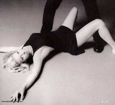 Лиза Кудроу на полу.